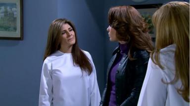 Branca encara Roberta enquanto Fina as observa