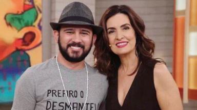 Bráulio Bessa e Fátima Bernardes sorridentes, posados para a foto