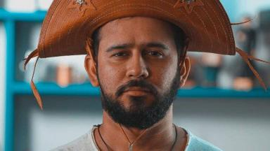 Bráulio Bessa sério, com chapéu na cabeça