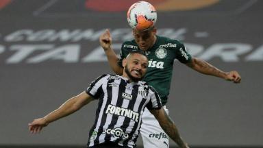 Jogadores do Palmeiras e Santos em campo na Libertadores