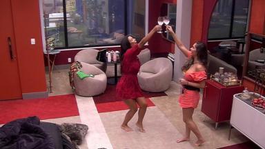 Ivy e Gizelly tomando champanhe no quarto do líder