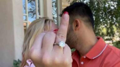 Britney Spears exibindo anel de noivado