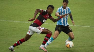 Bruno Henrique em ação contra o Racing