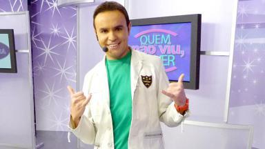 Caco Rodrigues sorrindo com microfone de orelha