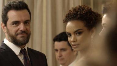 Caio olha para Bibi apaixonado e Leila visivelmente incomodada