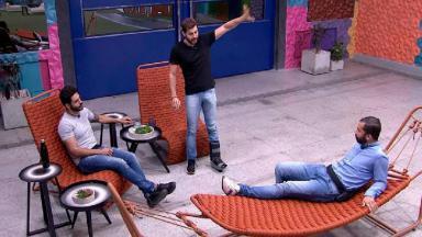 Caio conversando com Rodolffo e Gilberto na área externa do BBB21