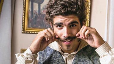 Caio Castro durante gravação da novela Novo Mundo na Globo