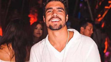 Caio Castro sorrindo