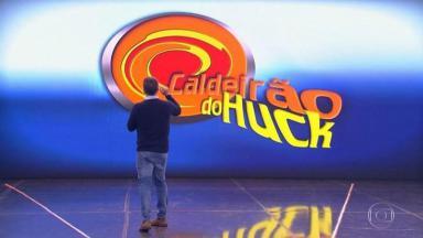 Luciano Huck no palco do Caldeirão