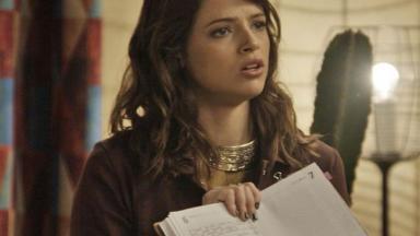 Camila mostra suas anotações para Giovanni
