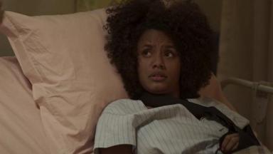 Camila deitada em leito hospitalar