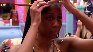 Camilla de Lucas arrumando o cabelo no quarto colorido