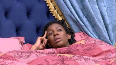 Camilla de Lucas deitada no quarto do líder do BBB21