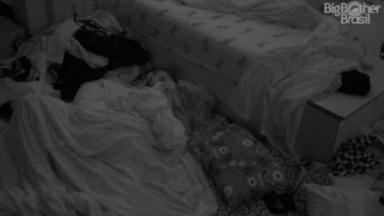 Carla Diaz e Arthur se beijando debaixo de edredom no quarto do BBB21