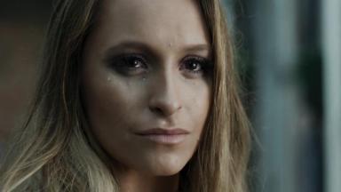 Carla Diaz como Carine em cena da novela A Força do Querer