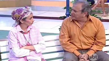 Filó (Gorete Milagres) e Carlos Alberto de Nóbrega sentados no banco da Praça É Nossa olhando um para o outro