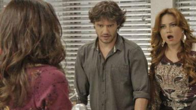 Leonora reage com espanto ao ouvir Carmela, deixando Henrique sem ação