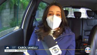 Carol Ianelli no carro de máscara segurando microfone