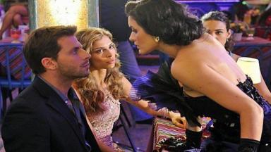 Cristal se aproxima de Cassiano para beijá-lo e Ester observa com cara feia o atrevimento da rival
