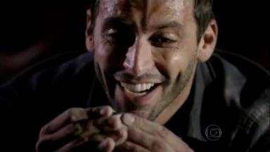 Cassiano feliz com pedra preciosa na mão