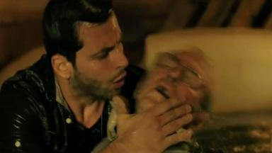 Cassiano dá tapinhas no rosto de Samuel que está desacordado