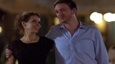 Celina e Artur caminham juntos em A Vida da Gente