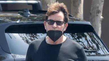 Charlie Sheen de máscara preta e óculos de sol