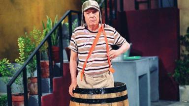 Personagem Chaves em seu barril na vila