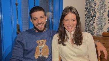 Laura Neiva e Chay Suede participam do programa Conversa com Bial