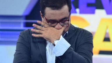Geraldo Luís com a mão no rosto segurando as lágrimas