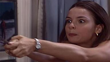 Clara com uma faca na mão e expressão de ódio