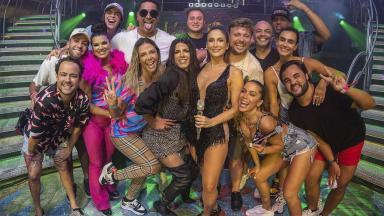Claudia Leitte, Anitta, Xanddy e Carla Perez posando para foto com amigos no palco
