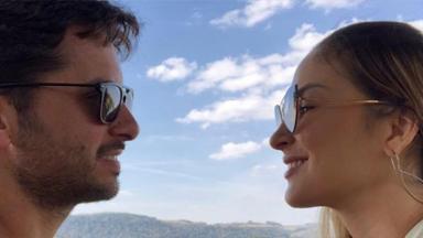Claudia Leitte e Márcio Pedreira se olham sorrindo
