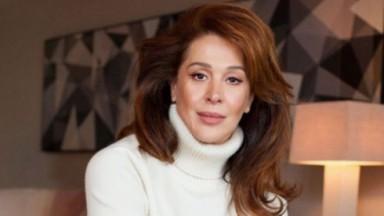 Claudia Raia de blusa de lã