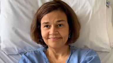 Claudia Rodrigues deitada em cama de hospital