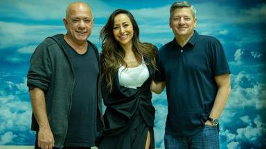 Cláudio Torres, Sabrina Sato e Ted Sarandos posam sorridentes