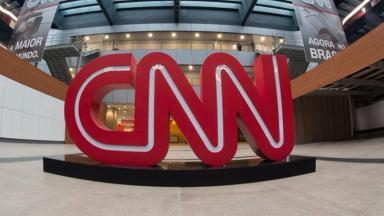 Logo da CNN Brasil dentro da sede do canal em São Paulo
