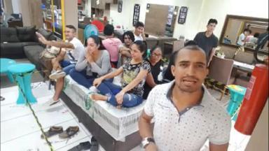 Participantes sentados em colchão