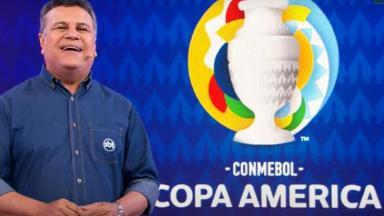 Téo José ao lado do logo da Copa América