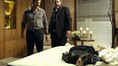Cora deitada na cama com Josué e Zé Alfredo olhando