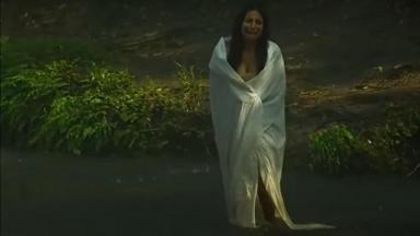 Cena de Coração Indomável com Maricruz chorando enrolada num pano dentro do rio
