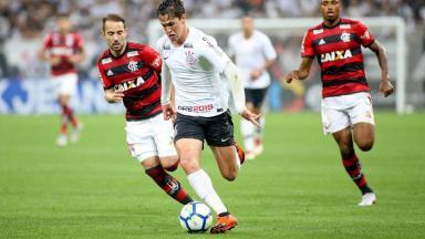 Matheus Vital e Everton Ribeiro jogando num Corinthians e Flamengo