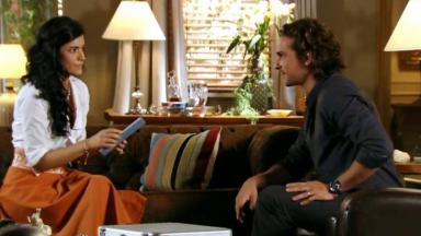 Cristal e Alberto na sala de estar dele