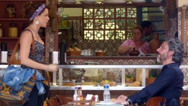Cristina e José Alfredo conversando em mesa de bar