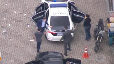 Marcelo Crivella saindo do carro da polícia
