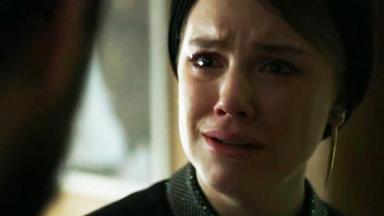 Dalila (Alice Wegmann) chorando'