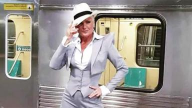 Xuxa na gravação da abertura com metrô ao fundo