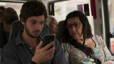 Chay Suede e Regina Casé em cena da novela Amor de Mãe, na Globo