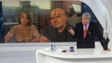 Datena durante o Brasil Urgente com Caia Fonseca e Rodrigo Riccó no telão