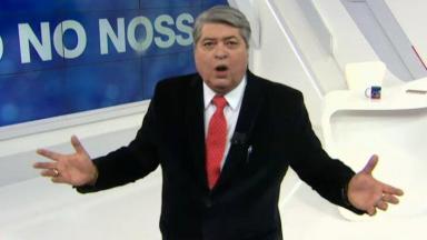 Datena com braços abertos e boca aberta durante o Brasil Urgente